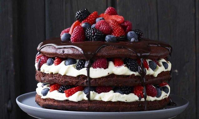 Chokladtårta med vit chokladcrème och bär